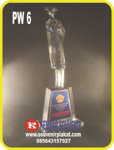 Souvenir Patung Wisuda Cocok untuk Kado Buat Wisuda