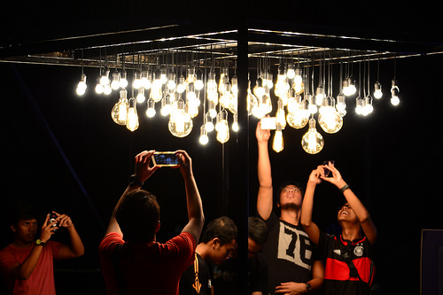 Lampu Hias dari Botol dan Sendok Plastik