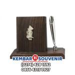 Souvenir Tempat Kartu Nama Pen Holder Wayang Logam